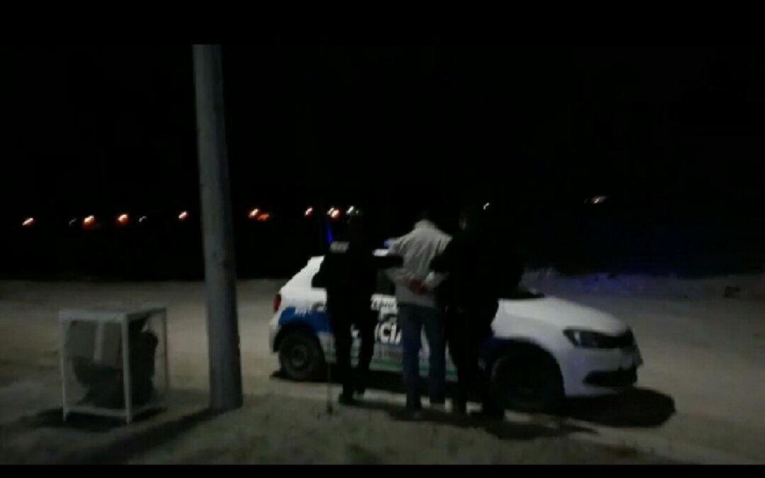 Efectivos policiales llevándose detenido al sujeto.