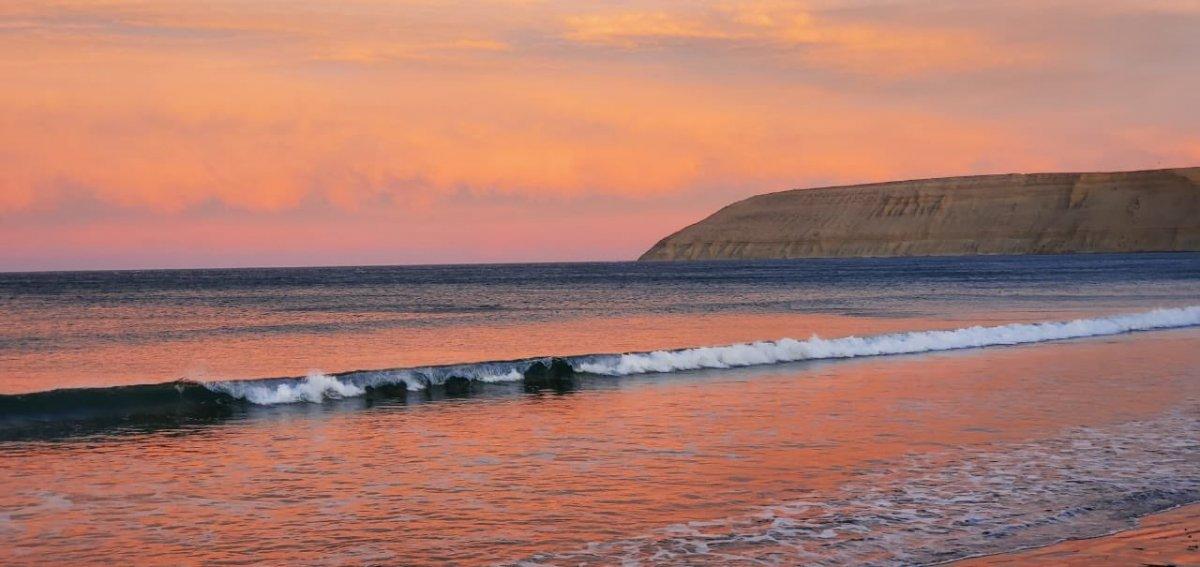 La playa de Rada Tilly es visitada por turistas de todo el país. (Foto:@cecijarosz)