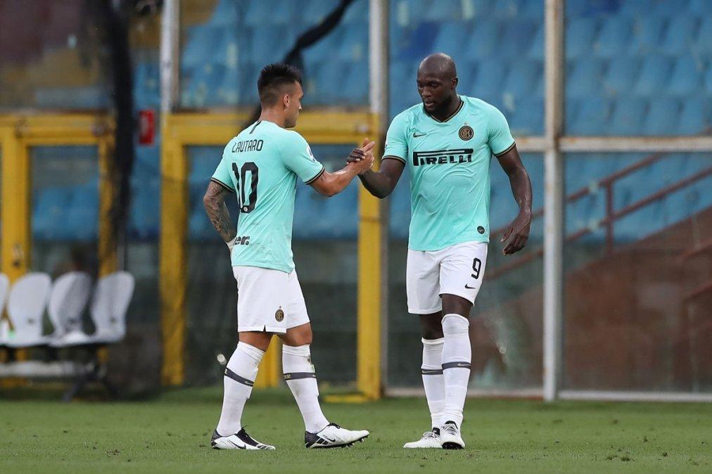 Lautaro festeja el gol de Lukaku.