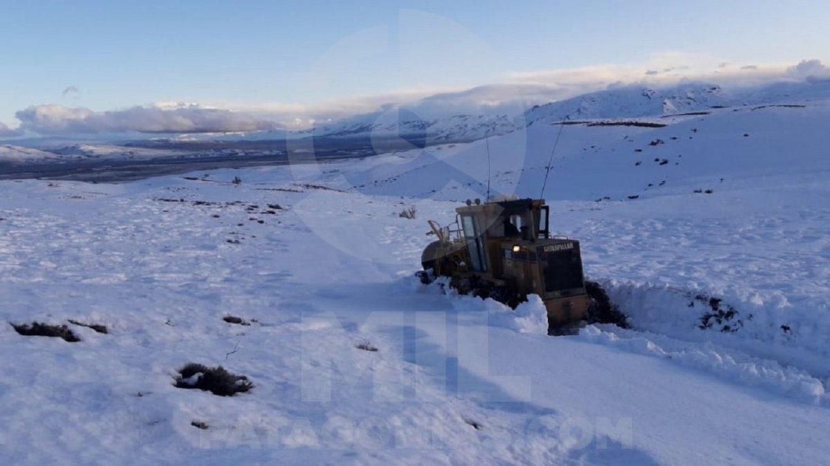 Diferentes organismos provinciales y nacionales hace días trabajan en la zona para remover la nieve