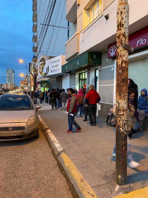 Durante la mañana del jueves 30 de julio se generó una larga fila en el Banco Chubut para cobrar el IFE.