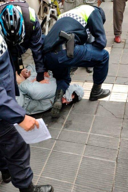 El momento de la detención de Ceferino Nadal y el policía presionando sobre su cuello