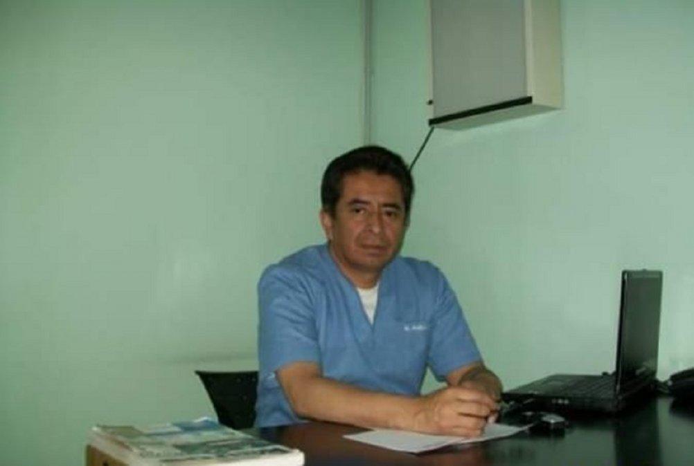 El Dr. Dennis Ernesto Rueda Navarro en su consultorio en el Hospital de Rada Tilly. Atendía desde el año 2011 en la Villa Balnearia y se desempeñó en Emergencias