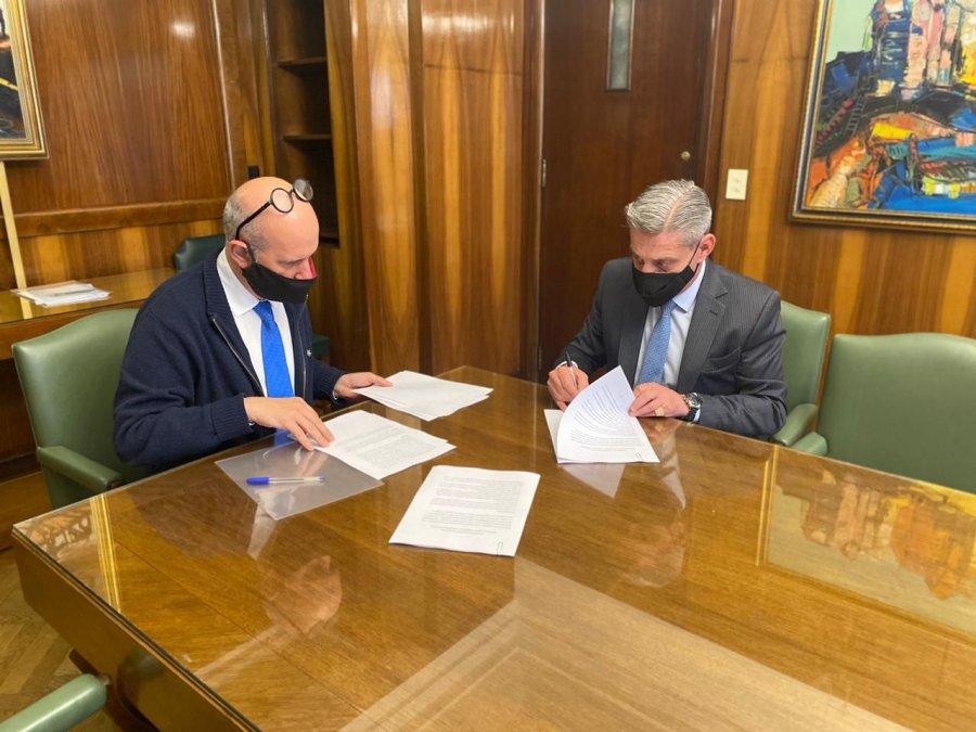 La firma se concretó hoy con el secretario de Hacienda