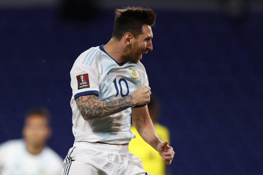 Messi festeja tras convertir de penal.