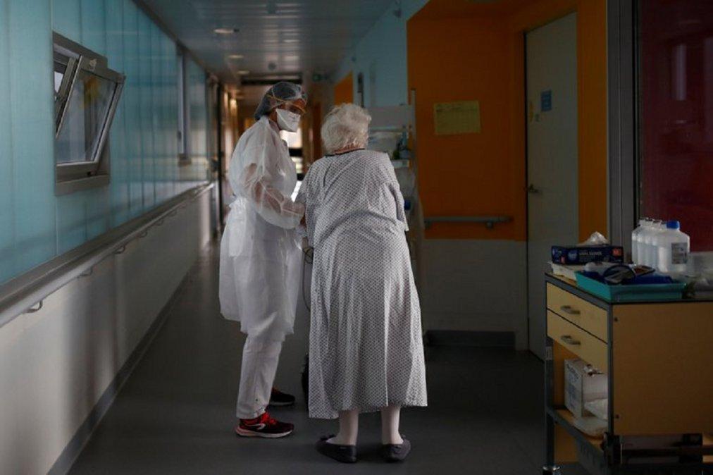 Una mujer holandesa de 89 años se convirtió en la primera persona en el mundo en morir tras contagiarse por segunda vez de coronavirus.