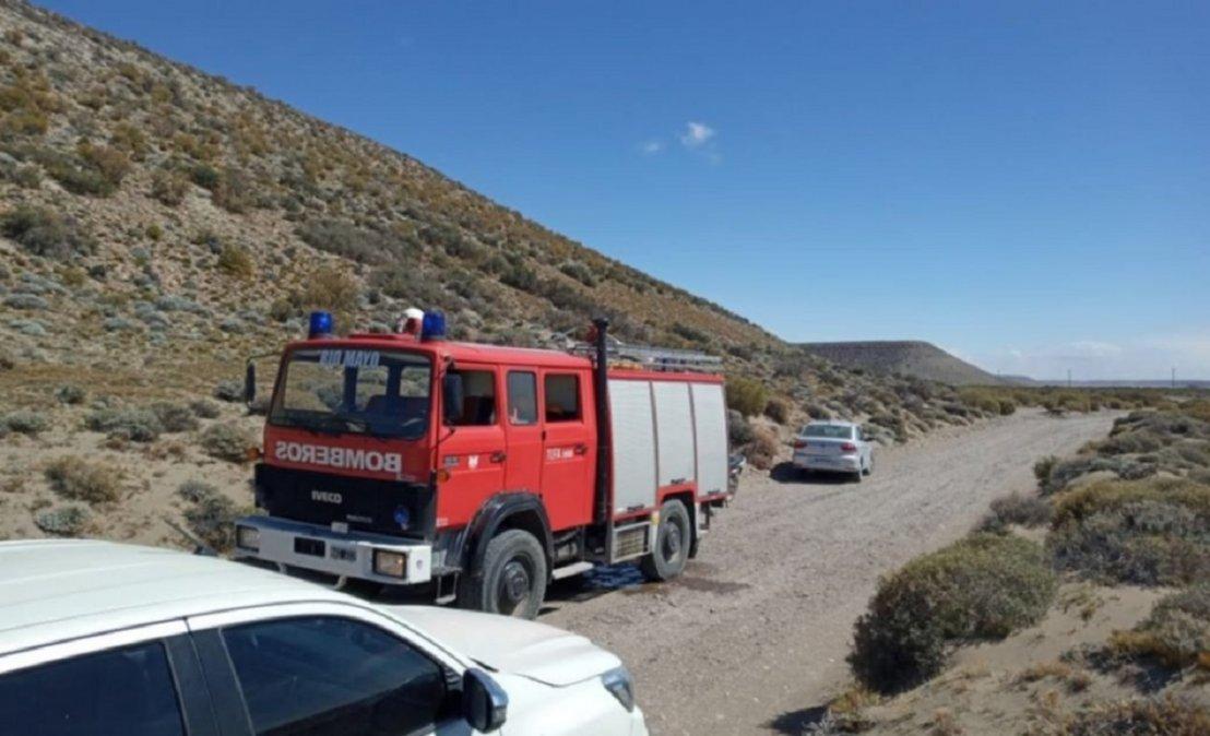 Personal de bomberos trabajando en el lugar.