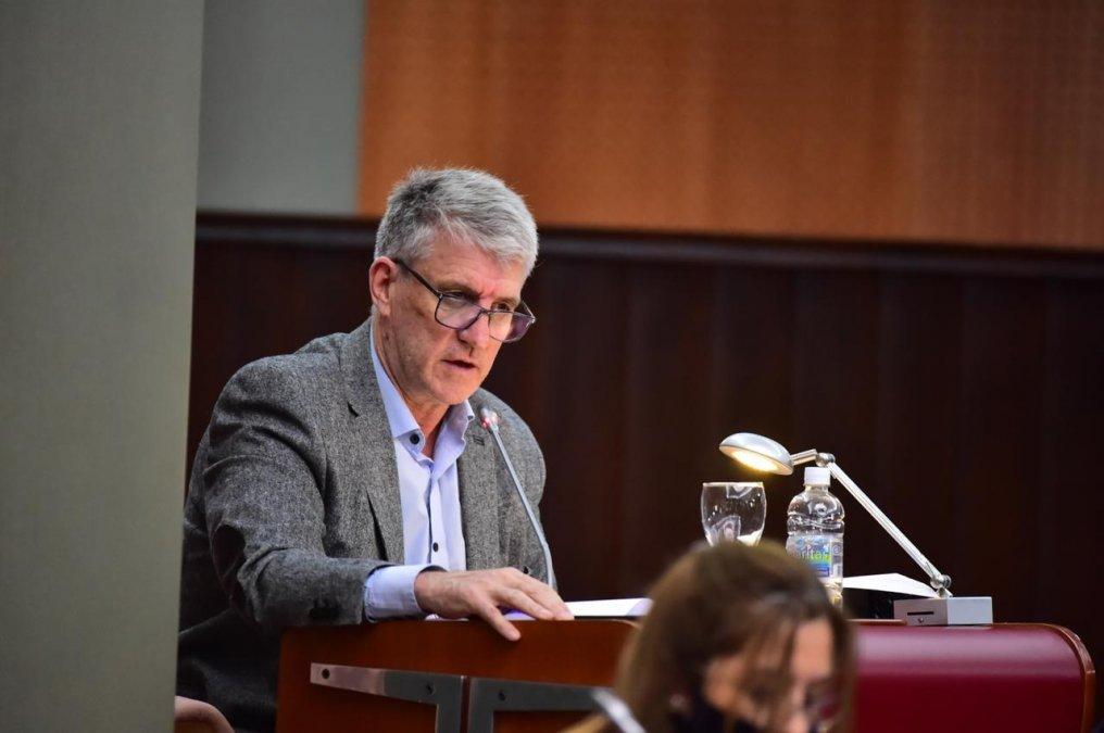 El diputado del Frente de Todos Carlos Eliceche presentará este jueves un proyecto para que el Estado Provincial se haga cargo del pago de los intereses por mora de tarjetas y préstamos de empleados provinciales.