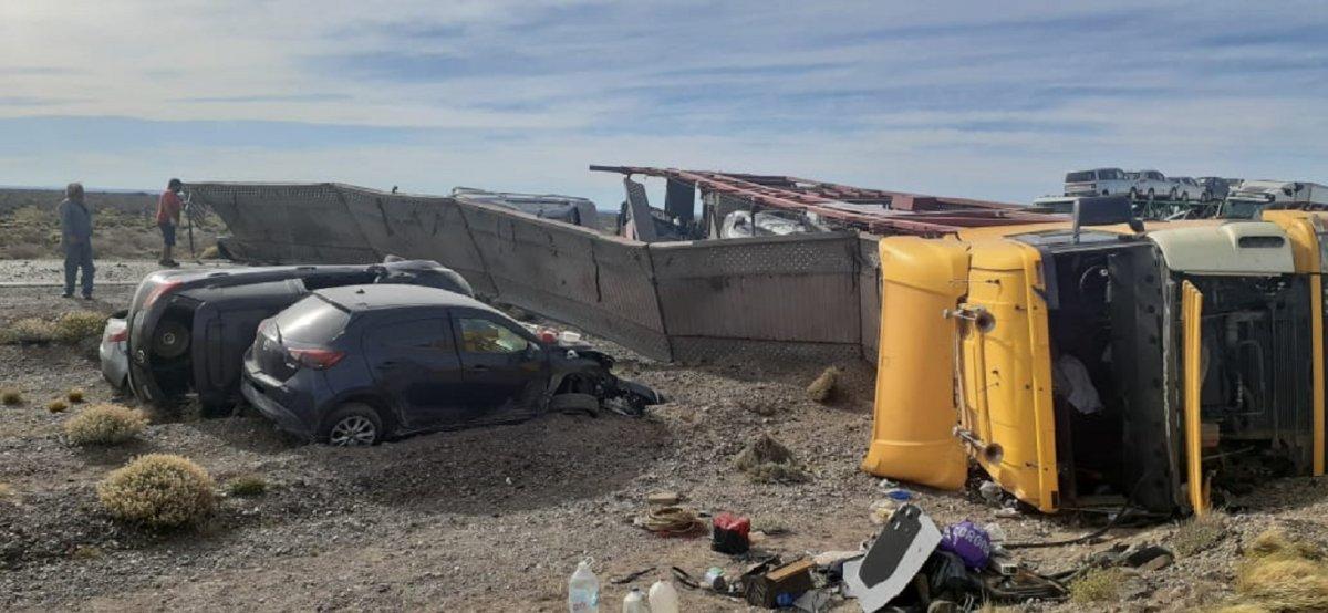 Camión destrozado en plena ruta.
