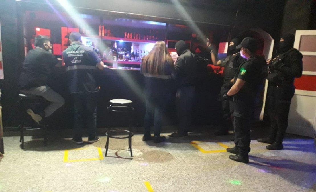 La policía llevó a cabo el operativo ayer por la noche.