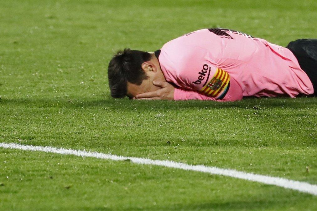 Messi lamenta la oportunidad que tuvo para marcar y terminó en el palo.