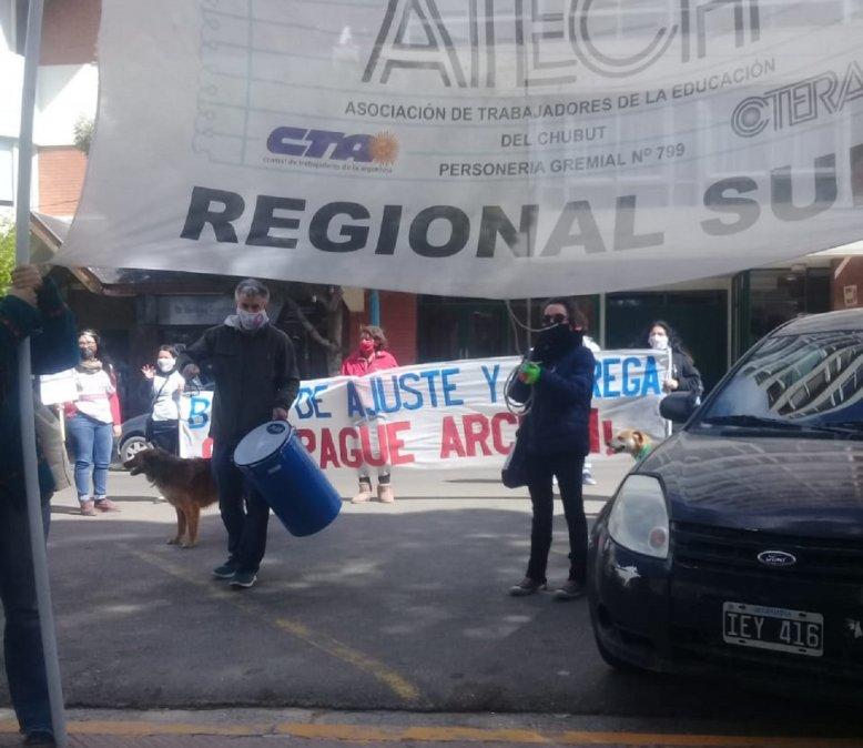 Docentes de ATECh se manifiestan afuera de la Municipalidad de Comodoro Rivadavia.