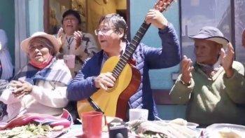 Luis Arce celebró su victoria tocando la guitarra junto a un grupo de ancianos