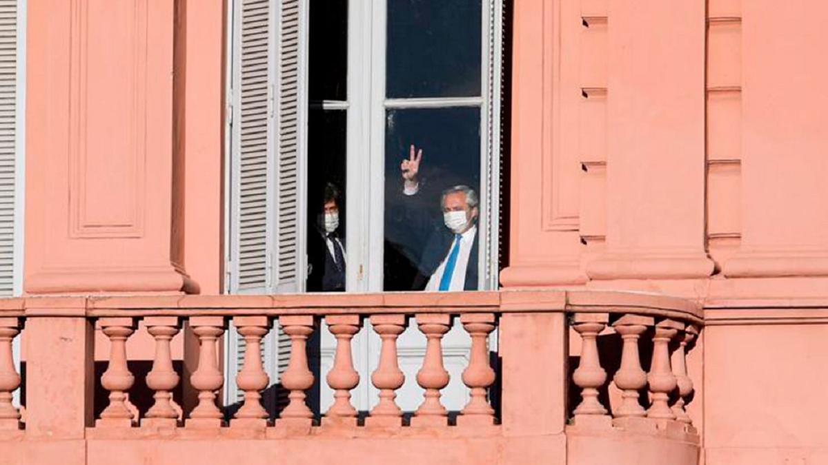 El Presidente Fernández saludó a los militantes que se movilizaron hacia Plaza de Mayo para recordar a Néstor Kirchner.