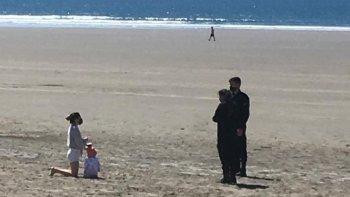 En Rada Tilly la policía impide que la gente se siente en la playa