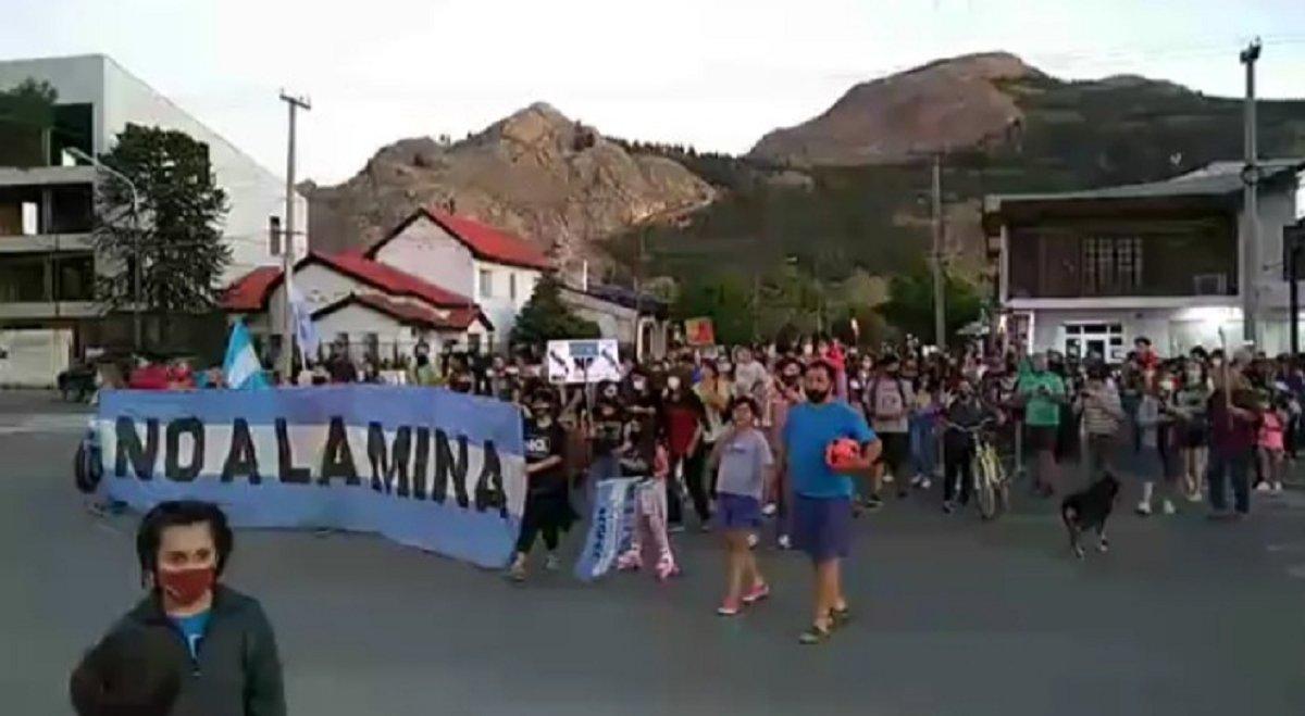 Otra multitudinaria marcha del NO a la Mina en Esquel. Además de rechazar cualquier proyecto