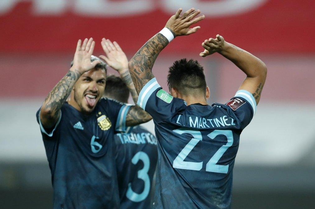 Lautaro celebra su gol con Paredes