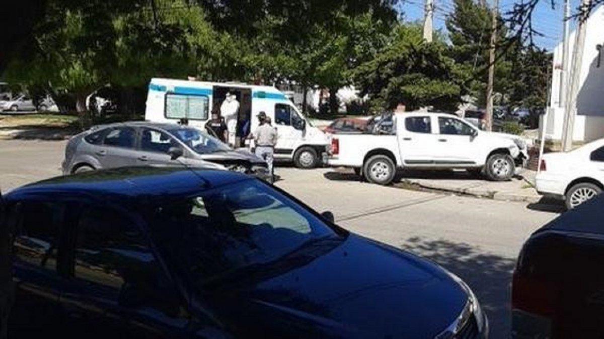 Una camioneta Toyota Hilux chocó contra el paredón de la Seccional Segunda de la Comisaría.