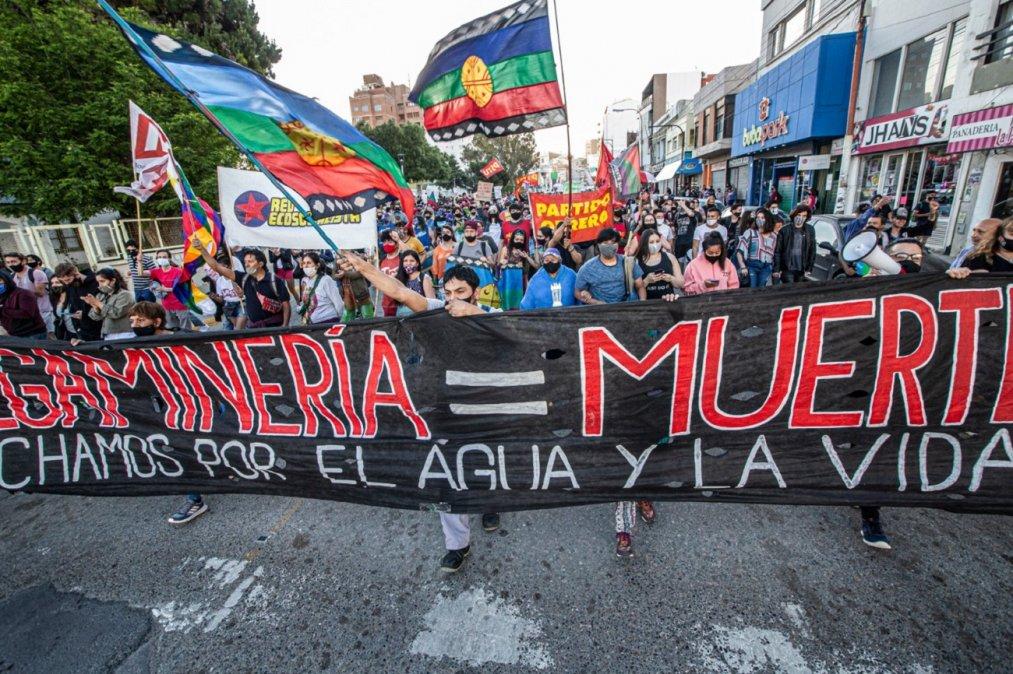 Marcha de antorchas en Comodoro Rivadavia. Foto: Martín Levicoy @martinlevicoy