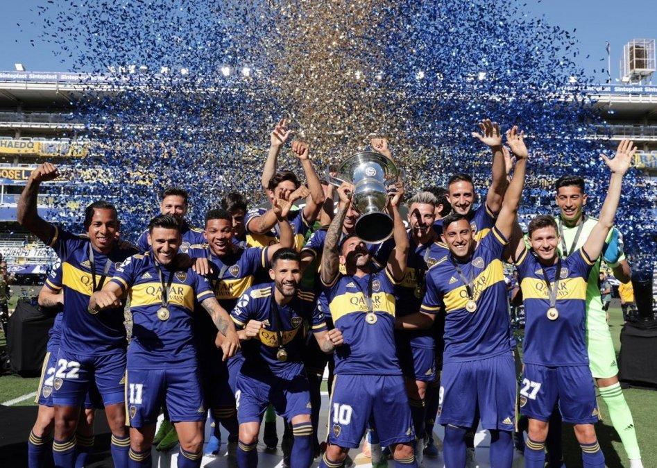 El capitán Carlos Tevez recibió la copa y festejó con sus compañeros.