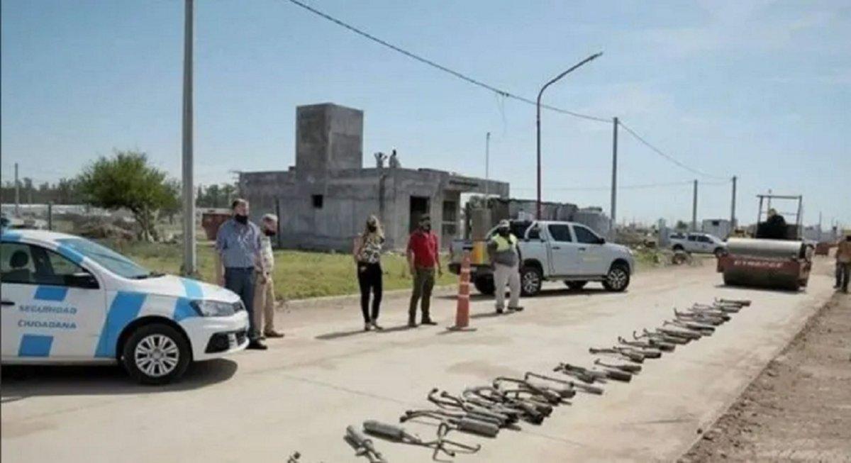 El intendente ordenó destruir a los caños de escape de las motos.