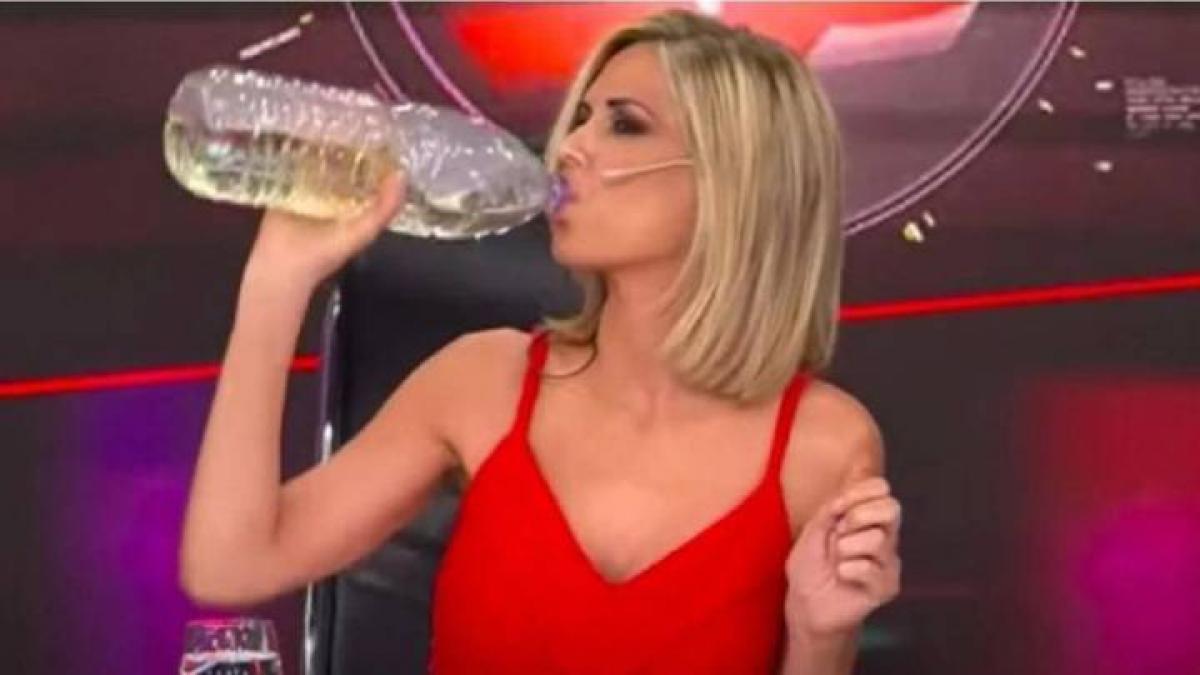 Viviana Canosa tomando dióxido de cloro en vivo.