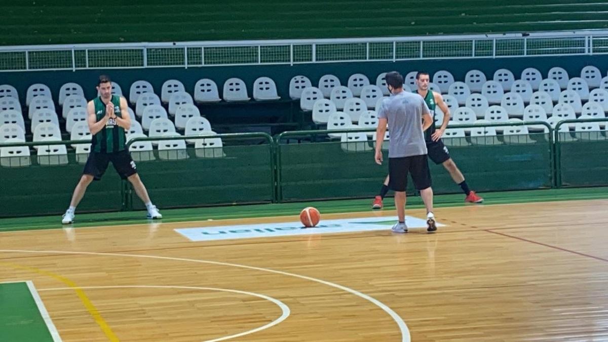 Los dos jugadores junto a Villagrán en el entrenamiento en Ferro.
