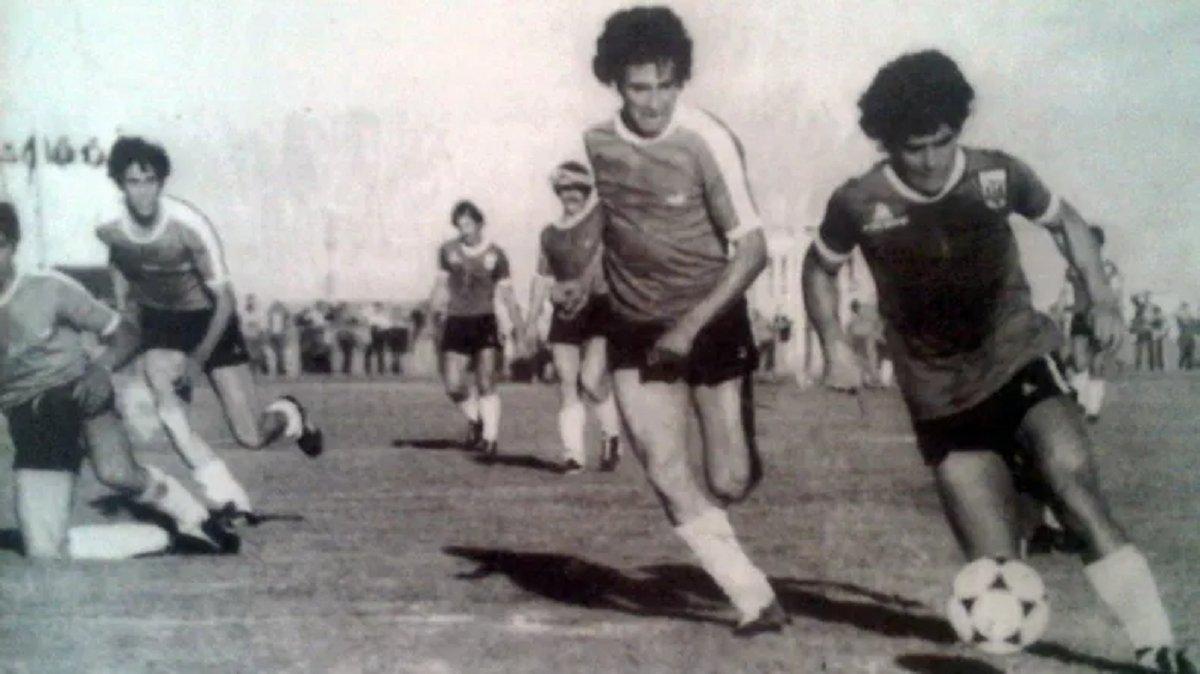 Así la llevaba Diego en el Estadio de YPF (hoy Municipal) esa tarde de 1980 cuando vino integrando la Selección Argentina.