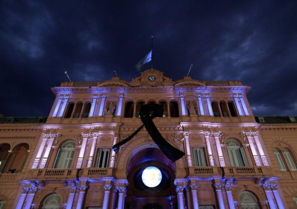 La Casa Rosada recibe a los miles de fanáticos de Maradona.