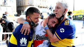 Hinchas de Boca y River se unen en un solo llanto, sólo Maradona puede provocar algo así.