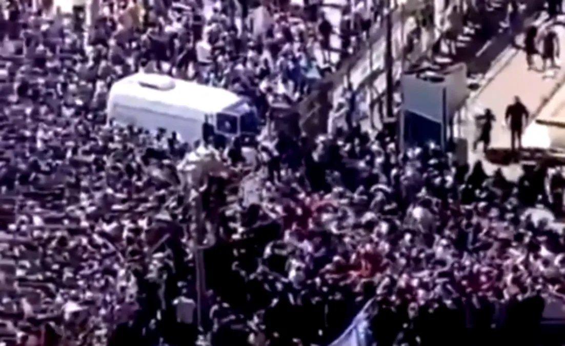 Momento en que la gente desborda el ingreso a la Casa Rosada e ingresan a Casa de Gobierno