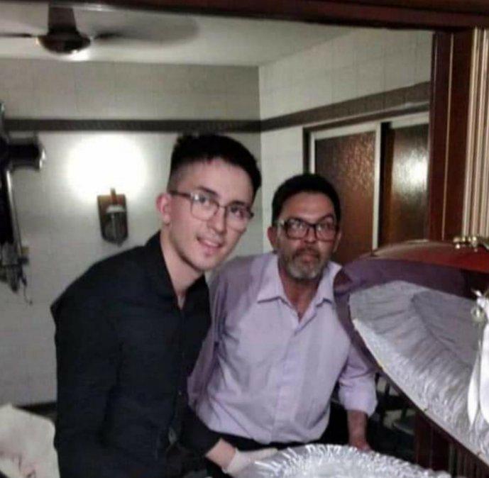 Claudio Fernández y su hijo se fotografiaron junto al cadaver de Diego Maradona.