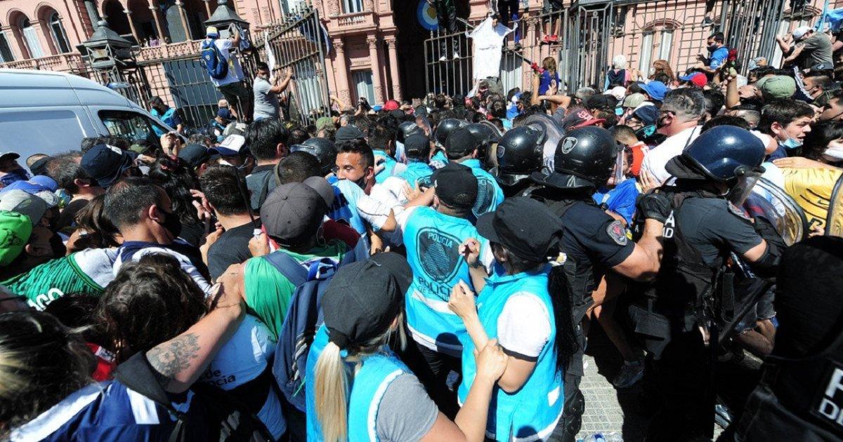 La Policía de la Ciudad detuvo a 11 personas imputadas presuntamente por resistencia a la autoridad.