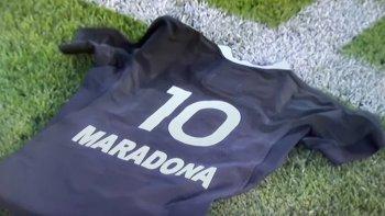 La camiseta de los All Blacks con el número 10 y el nombre de Maradona y la falta de homenaje del equipo nacional disparó críticas y memes,