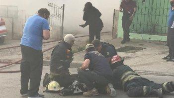 Lograron rescatar a una mujer y su hijo de un incendio que consumió una vivienda
