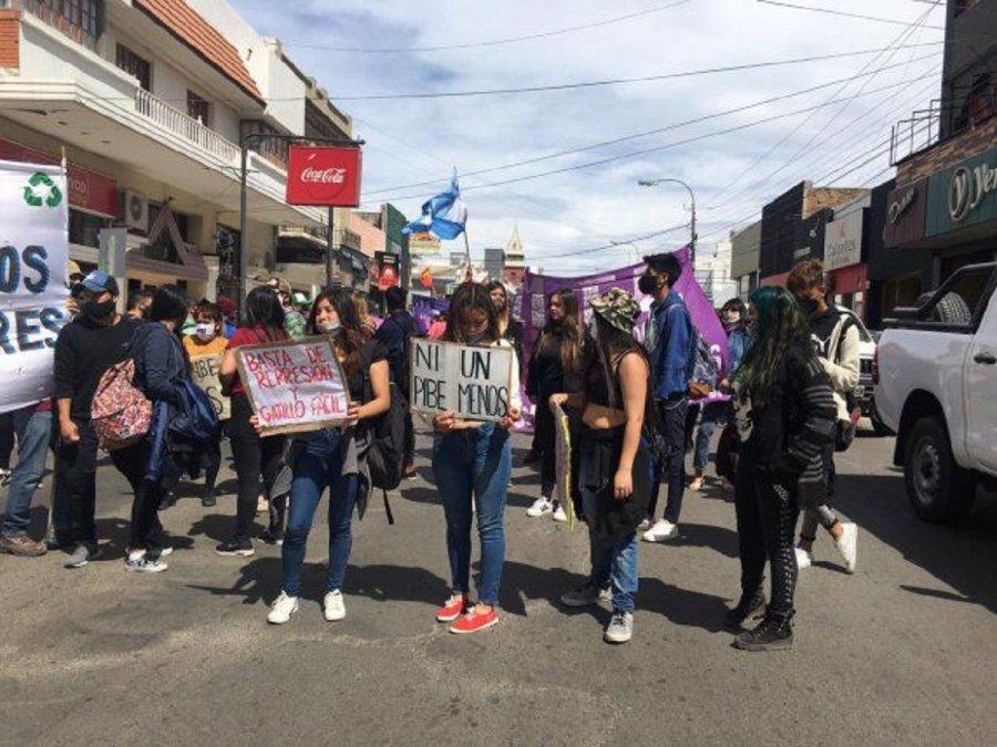Manifestantes en las calles de Comodoro.