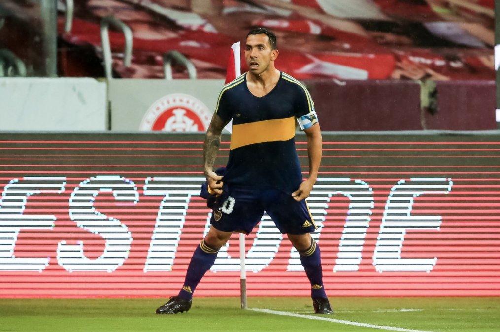 Tevez festeja el gol con la camiseta que usó Maradona en Boca.