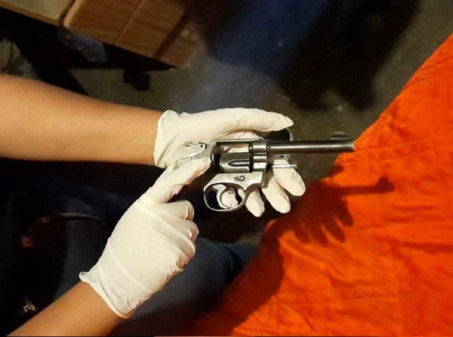 Secuestran revolver en una prohibición de acercamiento