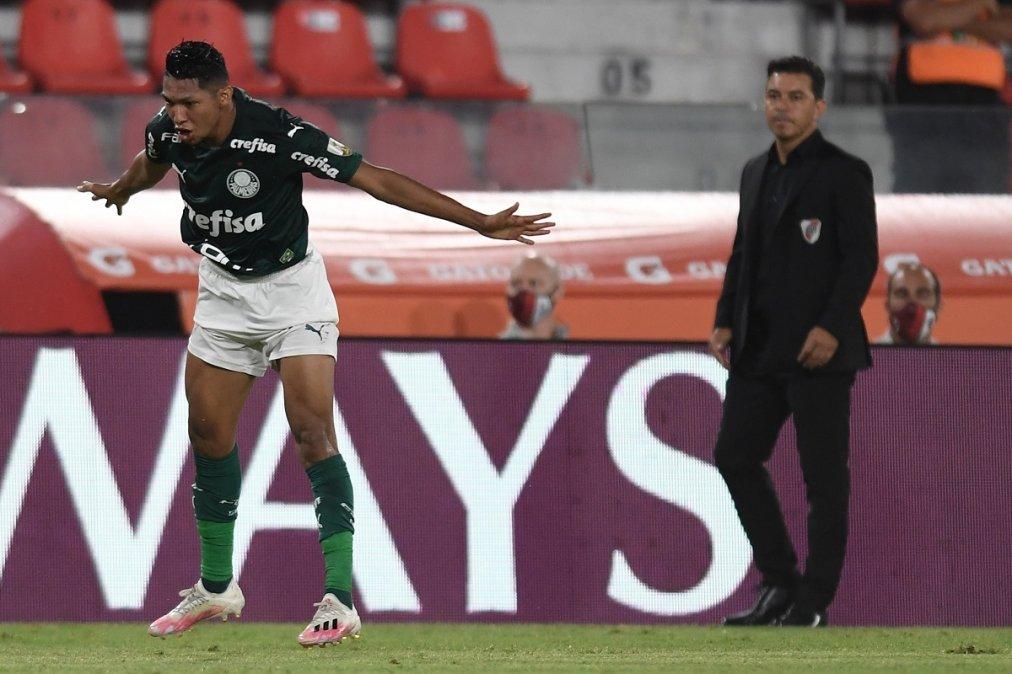 Rony festeja el primer gol del partido ante la mirada de Gallardo.