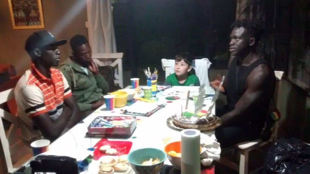 Tiene 6 años y ayuda a los puesteros senegaleses que no pueden trabajar