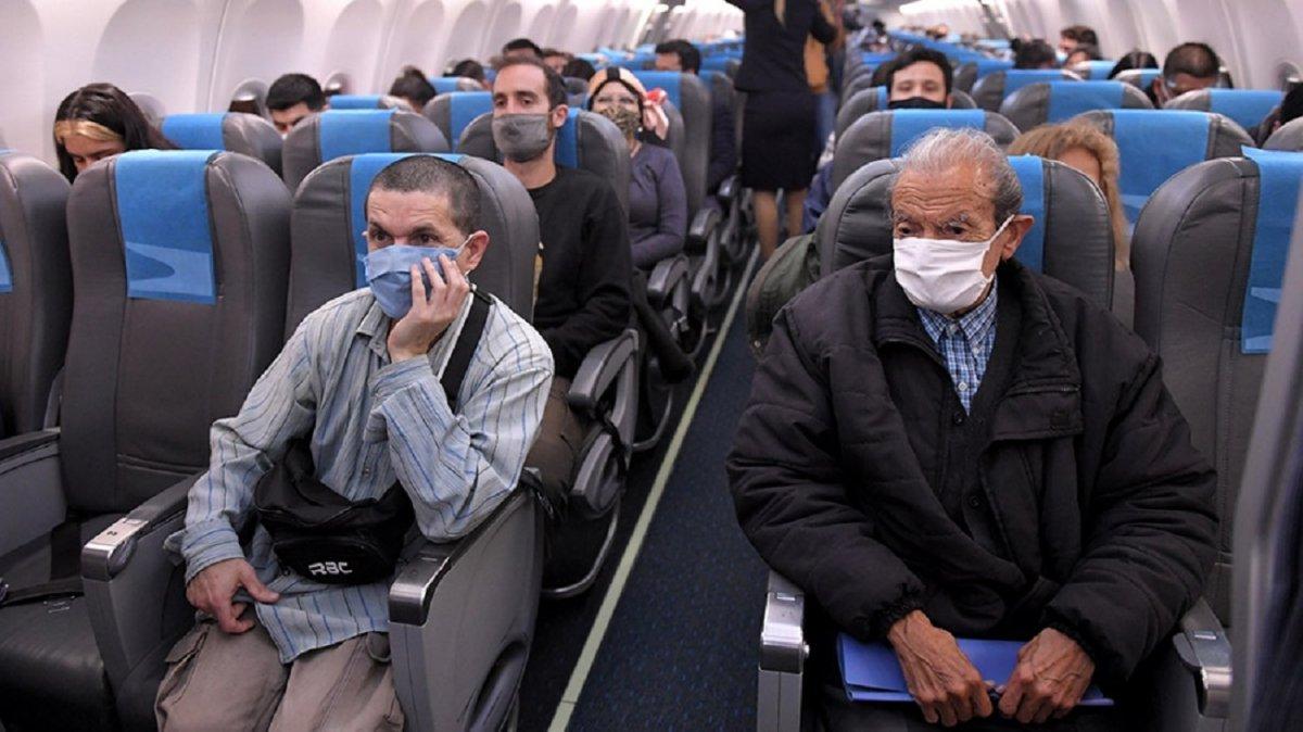 Realizan un estudio para analizar la posibilidad de infección en los viajes de avión.