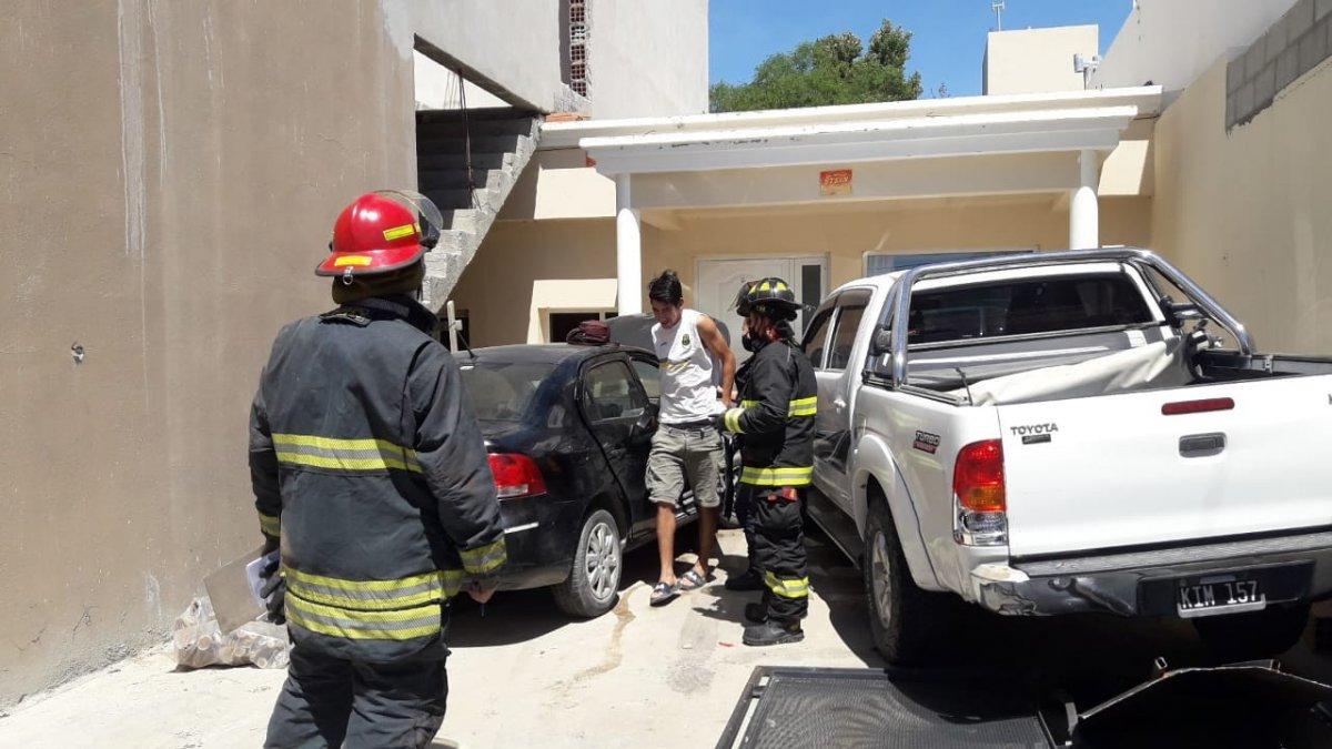 El auto impactó directamente contra la vivienda.