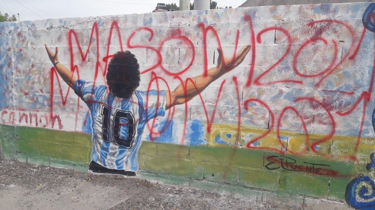 El mural de Diego Maradona en Trelew apareció con pintadas en favor de Massoni.