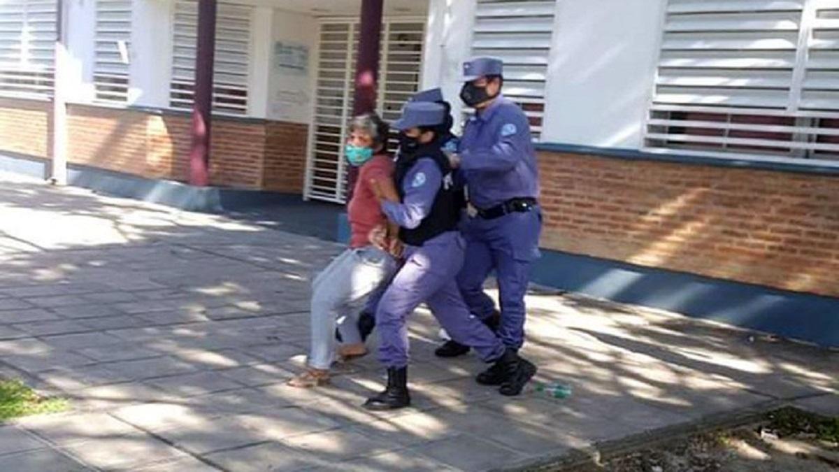 Ambas mujeres se manifestaban pacíficamente en la puerta de la Escuela N° 18.