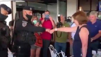 Tras la polémica generada por el saludo de efectivos policiales a Patricia Bullrich, el ministro de Seguridad de Buenos Aires, Sergio Berni, desmintió que los policías hayan sido sancionados. (Imagen video)