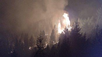 Brigadistas combaten contrarreloj el incendio de bosques en Epuyén