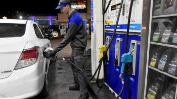 Postergan hasta mediados de marzo suba en el impuesto a los combustibles
