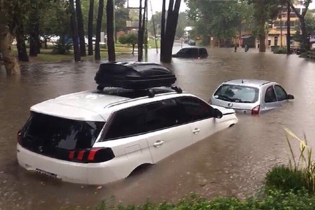 En Pinamar cayeron 180 milímetros de lluvia en cuatro horas y se inundaron las calles