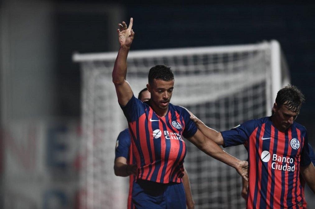 Di Santo festeja su primer gol con la camiseta de San Lorenzo.