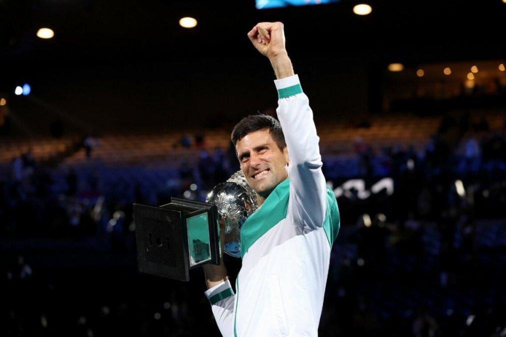 Djokovic con el trofeo que gano por novena vez.
